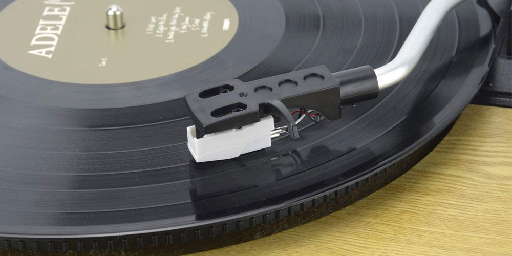 Needle of a record player with Bluetooth